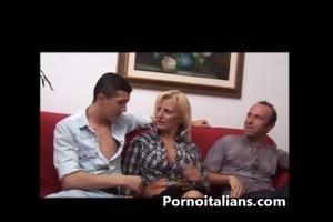 bionda mamma italiana scopata da due maschioni