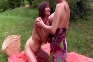 2 lesbos screwed in the garden